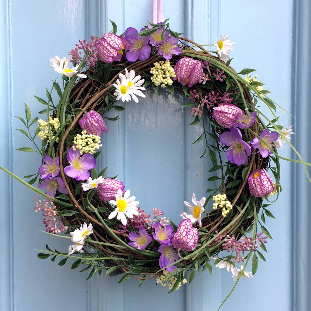 fritillea-flower-wreath-with-daisies