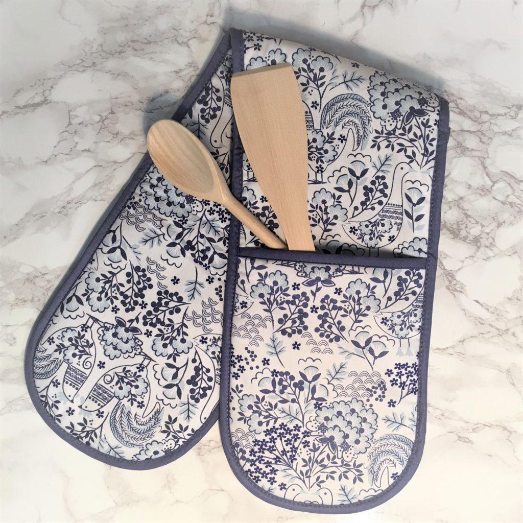 blue-scandi-double-oven-glove