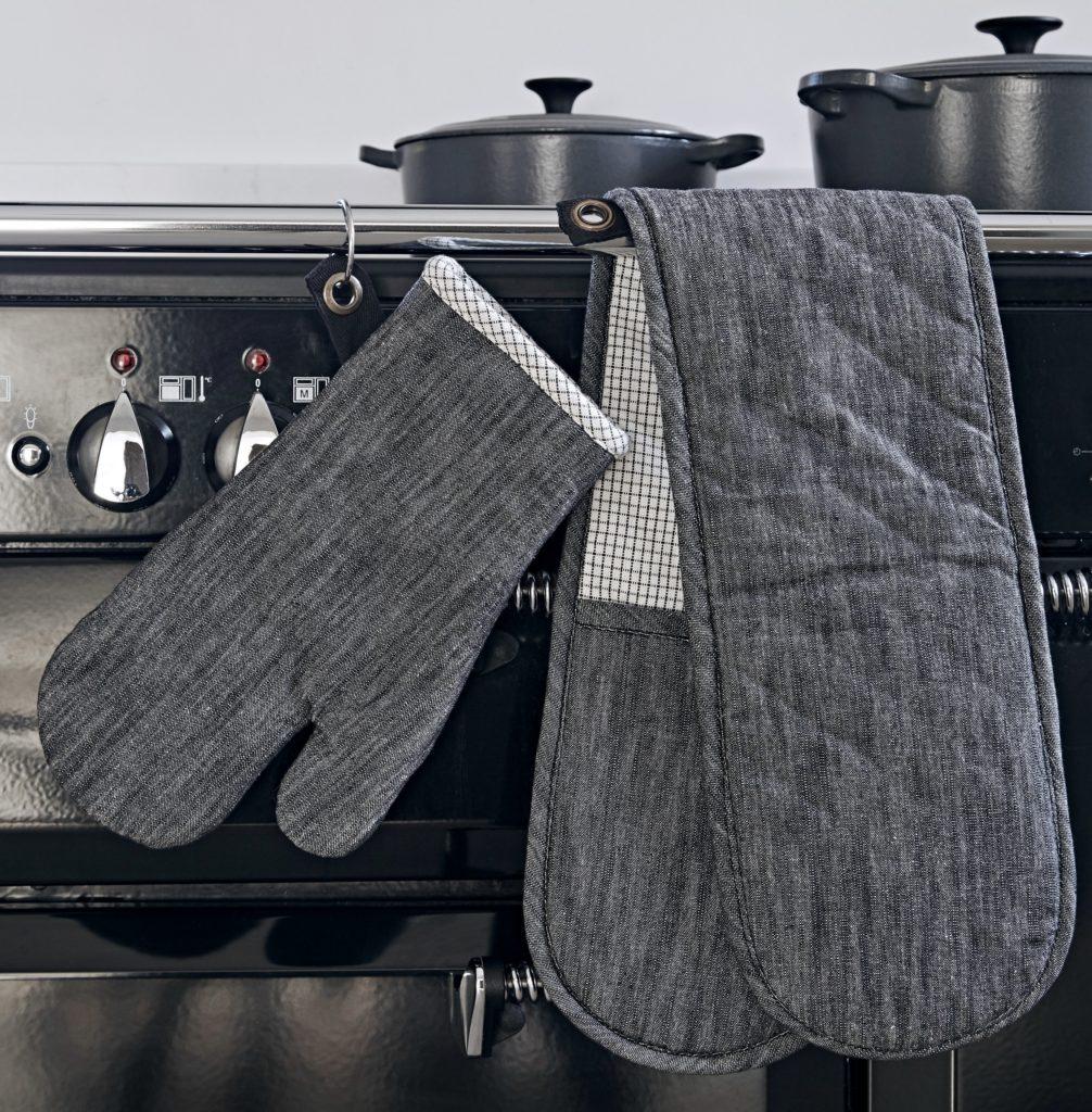 Manhattan Oven Gloves Lifestyle (1)